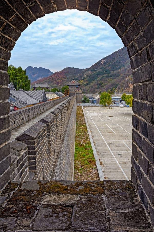 Άποψη μέσω του σχηματισμένου αψίδα παραθύρου στο Σινικό Τείχος της Κίνας στοκ φωτογραφία με δικαίωμα ελεύθερης χρήσης