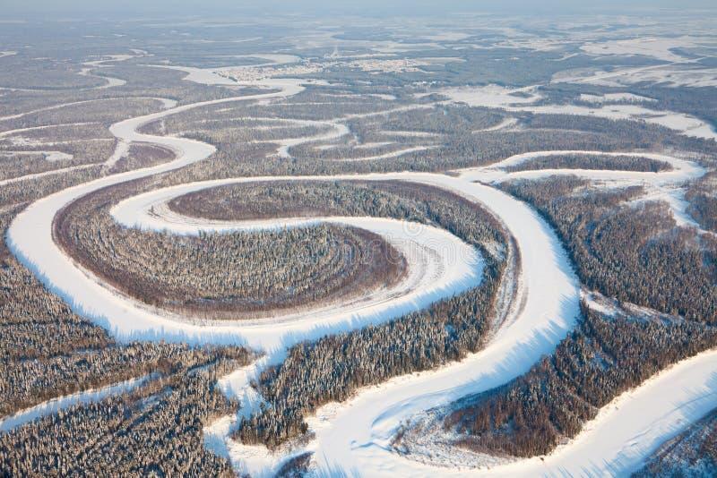 Άποψη ματιών πουλιών επάνω στο δασικό ποταμό το χειμώνα στοκ εικόνα με δικαίωμα ελεύθερης χρήσης
