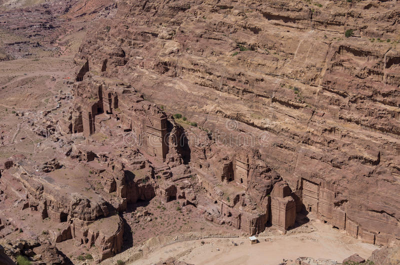 Άποψη ματιών πουλιών του βασιλικού τάφου από την υψηλή θέση της άποψης θυσίας (Al-Madbah), Petra στοκ φωτογραφίες