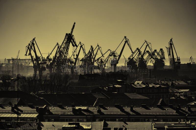 Άποψη ματιών πουλιών του γερανού φορτίου στο λιμένα της Άγιος-Πετρούπολης, Ρωσία - αστικό τοπίο στους τόνους σεπιών στοκ φωτογραφίες