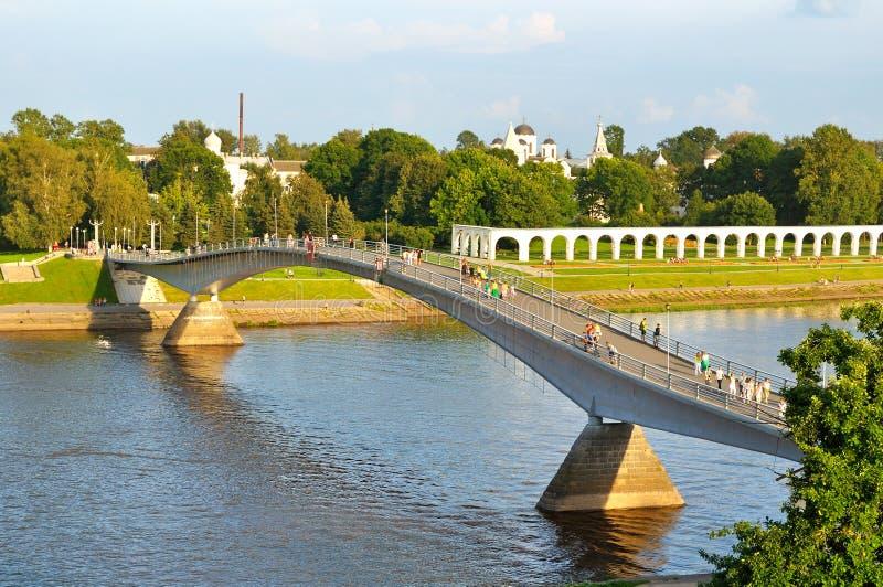 Άποψη ματιών πουλιών του προαυλίου και της γέφυρας για πεζούς Yaroslav πέρα από τον ποταμό Volkhov σε Veliky Novgorod, Ρωσία στοκ φωτογραφίες