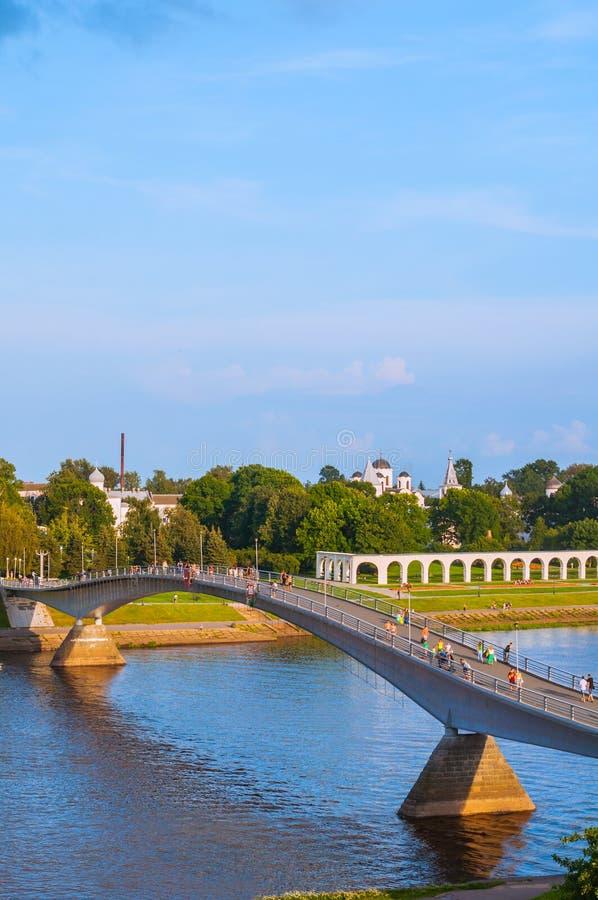 Άποψη ματιών πουλιών του προαυλίου και της γέφυρας για πεζούς Yaroslav πέρα από τον ποταμό Volkhov σε Veliky Novgorod, Ρωσία στοκ εικόνες