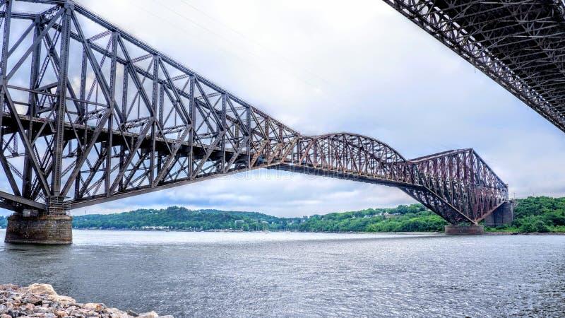 Άποψη μεταξύ δύο γεφυρών πέρα από τον ποταμό του ST Lawrence στοκ εικόνα