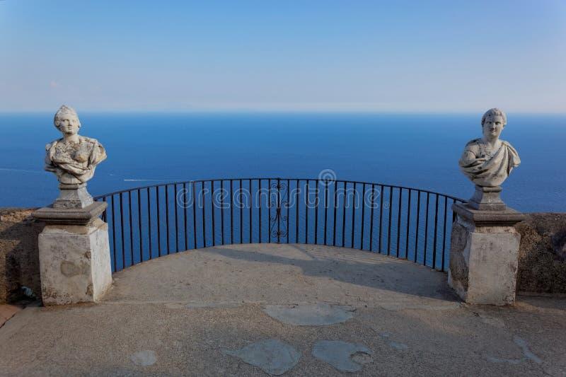 Άποψη με τα αγάλματα από την πόλη Ravello, ακτή της Αμάλφης, Ιταλία στοκ φωτογραφίες