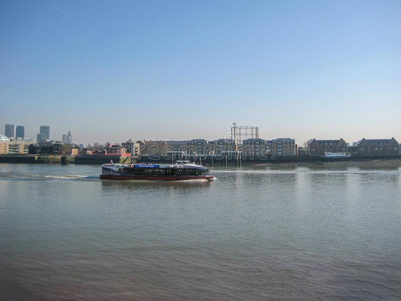 Άποψη μιας βάρκας στον ποταμό και των όχθεων του ποταμού Τάμεσης, Λονδίνο στοκ φωτογραφία με δικαίωμα ελεύθερης χρήσης