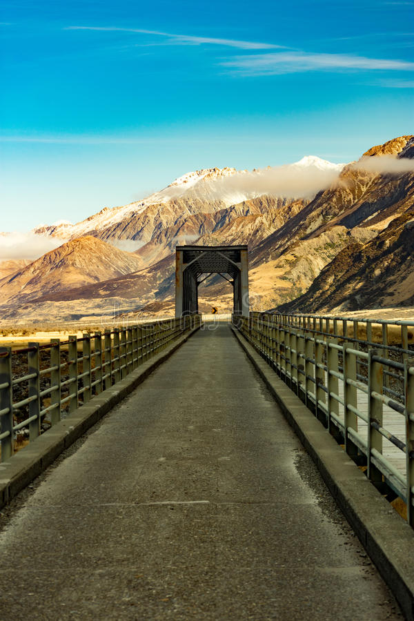 Άποψη μιας γέφυρας, του σημαδιού και των βουνών στοκ φωτογραφίες με δικαίωμα ελεύθερης χρήσης