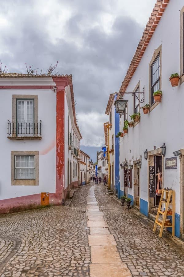 Άποψη μιας πορτογαλικής οδού στο πορτογαλικό μεσαιωνικό χωριό μέσα στο φρούριο και το ρωμαϊκό κάστρο Luso «bidos à στοκ εικόνα με δικαίωμα ελεύθερης χρήσης