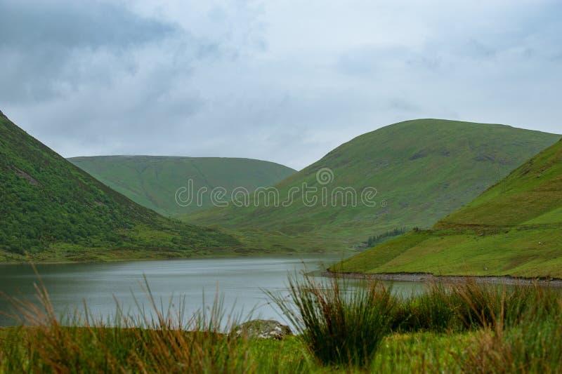 Άποψη μιας beautlful λίμνης Talla στα σκωτσέζικα σύνορα με πράσινο γεια στοκ εικόνες με δικαίωμα ελεύθερης χρήσης