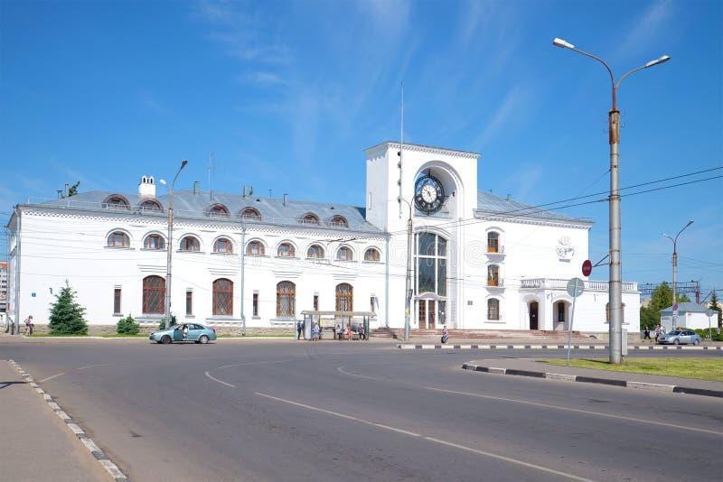 Άποψη να στηριχτεί του σιδηροδρομικού σταθμού σε μια ηλιόλουστη ημέρα Ιουνίου Velikiy Novgorod Ρωσία στοκ εικόνα