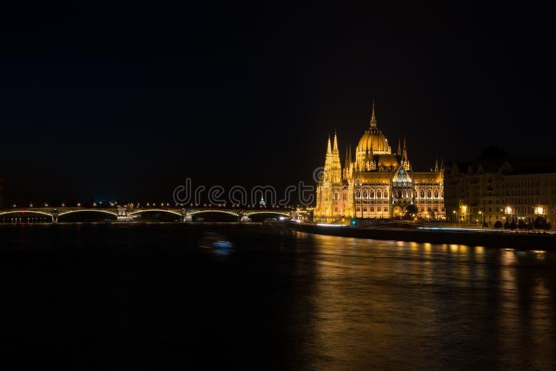 Άποψη νυχτερινών ποταμών του κτηρίου των Κοινοβουλίων στη Βουδαπέστη που κρεμιέται στοκ εικόνα με δικαίωμα ελεύθερης χρήσης