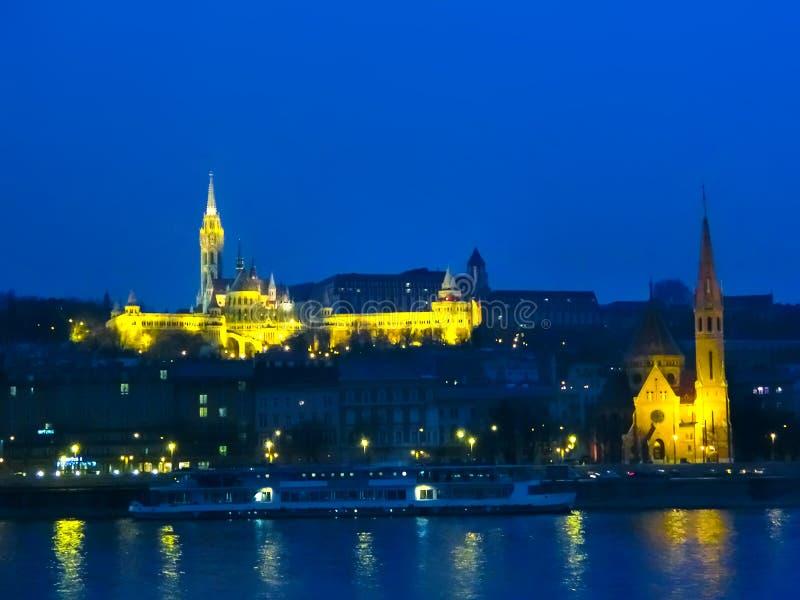 Άποψη νύχτας από τον ποταμό Δούναβη του Mathias Church στοκ εικόνες
