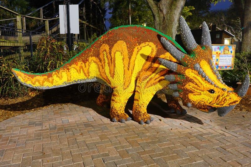 Άποψη νύχτας ενός δεινοσαύρου που γίνεται από το lego στοκ εικόνες