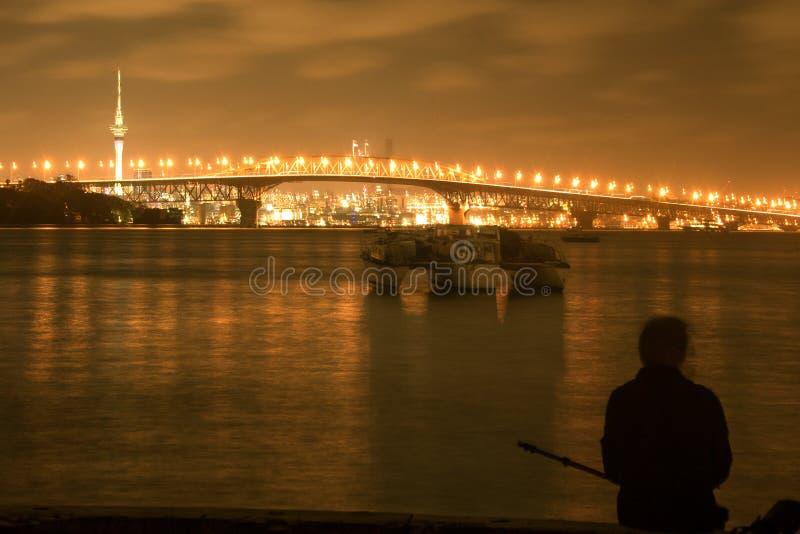 Άποψη νύχτας λιμενικών γεφυρών του Ώκλαντ στοκ φωτογραφίες