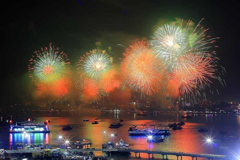 Άποψη νύχτας και ομορφιά των πυροτεχνημάτων στην παραλία Pattaya, στοκ εικόνα
