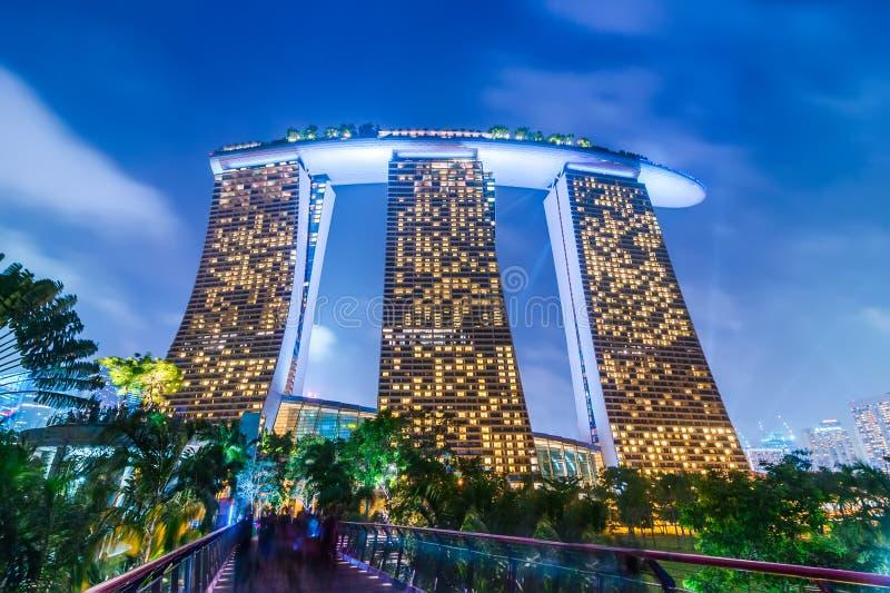Άποψη νύχτας στο ξενοδοχείο θερέτρου άμμων κόλπων μαρινών Σιγκαπούρη στοκ εικόνα