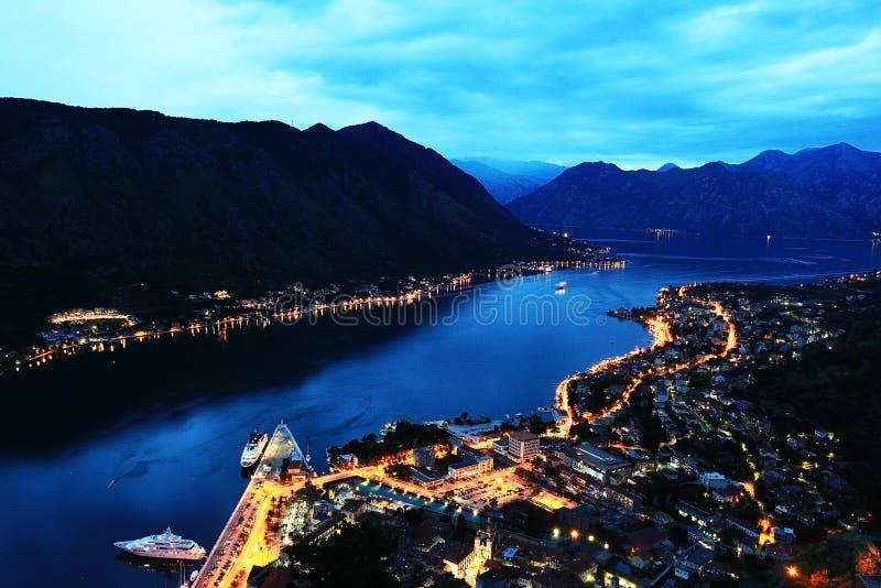 Άποψη νύχτας σχετικά με την ευρωπαϊκή πόλη στα βουνά στοκ φωτογραφίες
