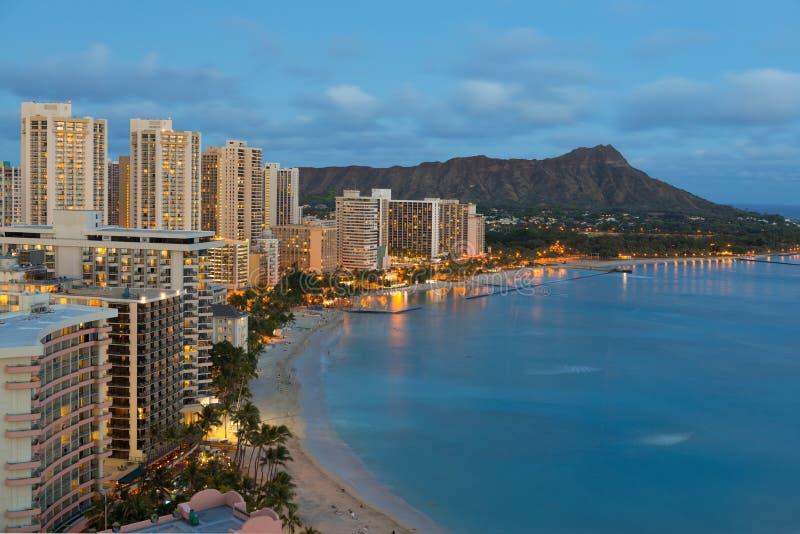 Άποψη νύχτας σχετικά με την πόλη της Χονολουλού και την παραλία Waikiki στοκ εικόνες