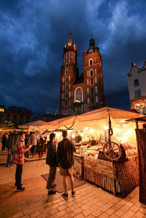 Άποψη νύχτας σχετικά με τη βασιλική του ST Mary και κύριο τετράγωνο αγοράς στην Κρακοβία Πολωνία στοκ εικόνες με δικαίωμα ελεύθερης χρήσης
