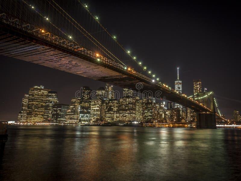 Άποψη νύχτας σχετικά με το Μανχάταν και τη γέφυρα του Μπρούκλιν στοκ εικόνα με δικαίωμα ελεύθερης χρήσης