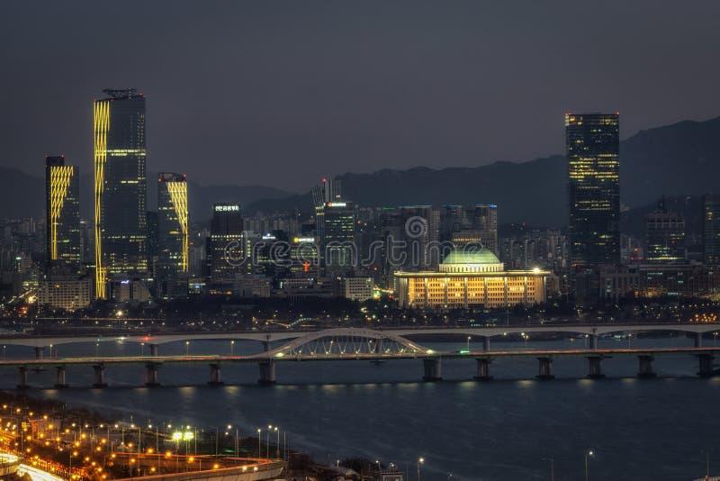 Άποψη νύχτας της γέφυρας και Yeouido Seongsan στοκ εικόνες
