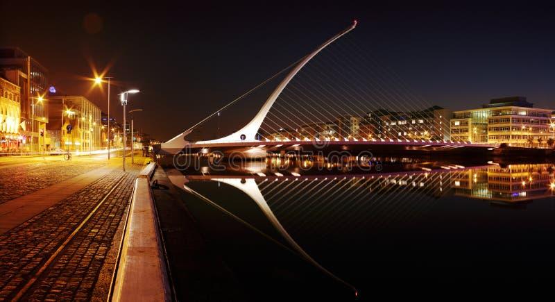 Άποψη νύχτας της γέφυρας του Samuel Beckett στο κέντρο της πόλης του Δουβλίνου στοκ φωτογραφία με δικαίωμα ελεύθερης χρήσης
