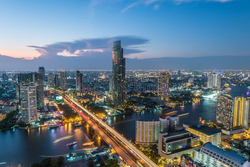 Άποψη νύχτας της γέφυρας Saphan Taksin στη Μπανγκόκ, Ταϊλάνδη στοκ εικόνα