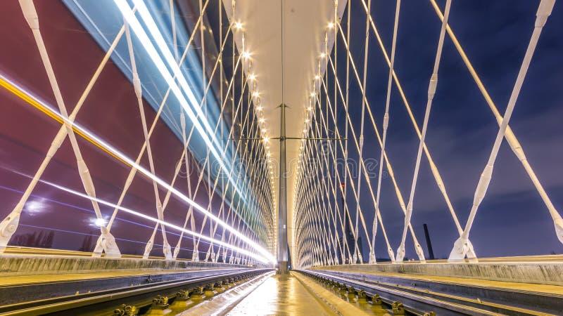 Άποψη νύχτας της γέφυρας Troja από τον ποταμό Vltava, Trojsky πιό πολύ, Πράγα στοκ φωτογραφίες με δικαίωμα ελεύθερης χρήσης