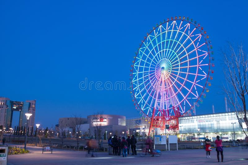 Άποψη νύχτας της γιγαντιαίας ρόδας ferris σε Odaiba στο Τόκιο, Ιαπωνία στοκ εικόνες