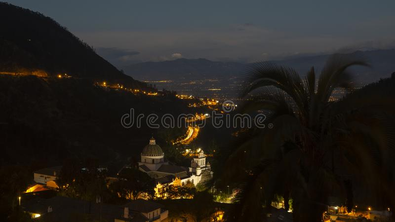 Άποψη νύχτας της εκκλησίας της κυρίας Guapulo μας με το ηφαίστειο Cayambe στον ορίζοντα στοκ φωτογραφία με δικαίωμα ελεύθερης χρήσης