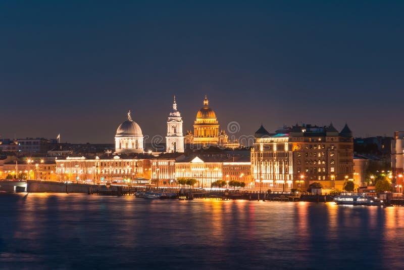 Άποψη νύχτας της εκκλησίας του μάρτυρα του ST Μεγάλη Αικατερίνη και του καθεδρικού ναού του ST Isaac ` s στον ποταμό Neva στοκ φωτογραφίες
