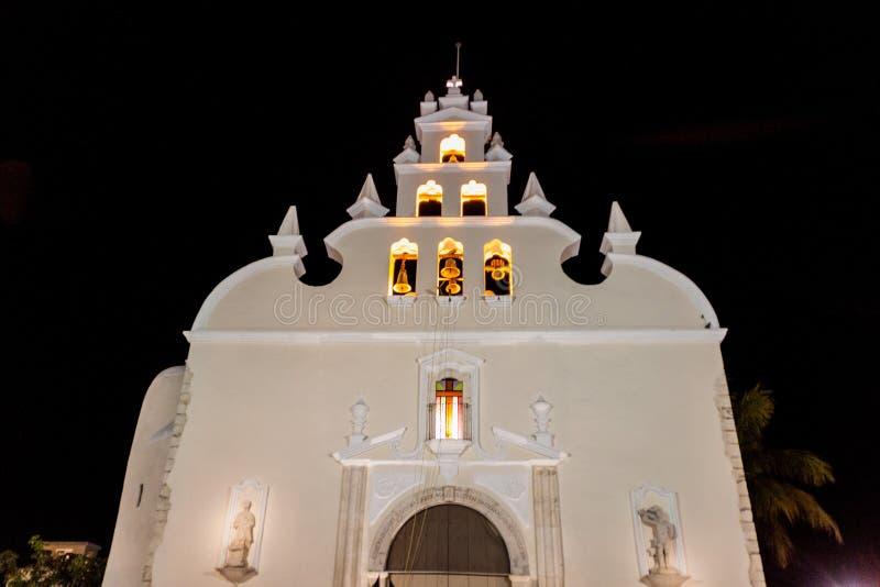 Άποψη νύχτας της εκκλησίας Iglesia de Σαντιάγο στο Μέριντα, Mexi στοκ εικόνα με δικαίωμα ελεύθερης χρήσης