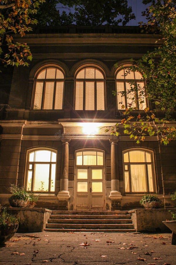 Άποψη νύχτας της κυρίας είσοδος στο παλαιό σπίτι στοκ εικόνες