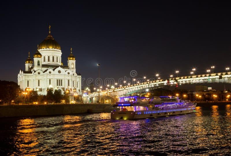 Άποψη νύχτας της Μόσχας Χριστός ο καθεδρικός ναός Savior, η γέφυρα Patriarshy, το ανάχωμα και ποταμός Moskva με το σκάφος αναψυχή στοκ εικόνα με δικαίωμα ελεύθερης χρήσης