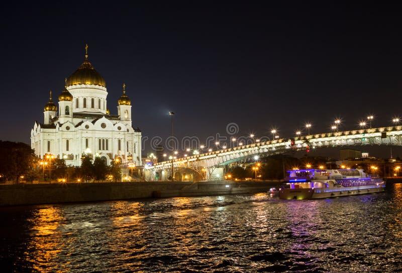 Άποψη νύχτας της Μόσχας Χριστός ο καθεδρικός ναός Savior, η γέφυρα Patriarshy, το ανάχωμα και ποταμός Moskva με το σκάφος αναψυχή στοκ εικόνες με δικαίωμα ελεύθερης χρήσης