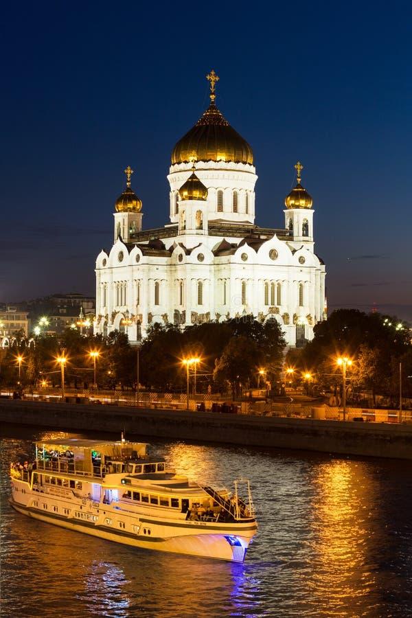 Άποψη νύχτας της Μόσχας Χριστός ο καθεδρικός ναός Savior, ποταμός Moskva με το σκάφος αναψυχής και ανάχωμα από τη γέφυρα Bolshoy  στοκ φωτογραφίες με δικαίωμα ελεύθερης χρήσης