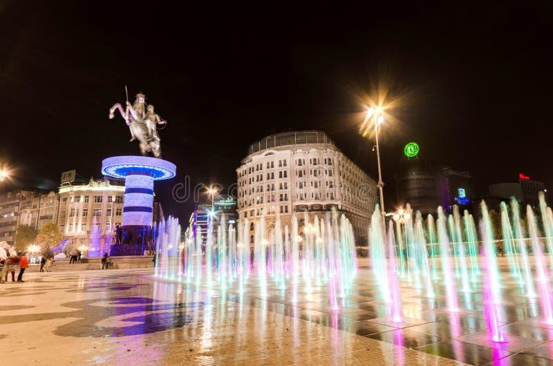 Άποψη νύχτας της πλατείας της Μακεδονίας που εξουσιάζεται από το άγαλμα του Αλεξάνδρου το μεγάλο στο skopje στοκ φωτογραφία με δικαίωμα ελεύθερης χρήσης