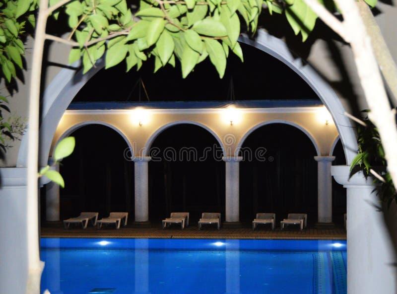 Άποψη νύχτας της πολυτελούς λίμνης με τις στήλες και τις αψίδες, που απεικονίζεται στο νερό στοκ φωτογραφίες
