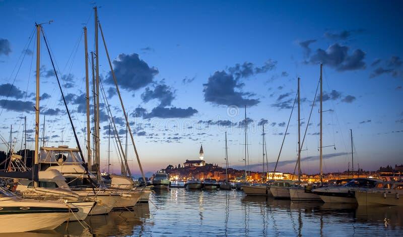 Άποψη νύχτας της όμορφης πόλης Rovinj σε Istria, Κροατία Εξισώνοντας στην παλαιά κροατική πόλη, σκηνή νύχτας με τις αντανακλάσεις στοκ φωτογραφίες με δικαίωμα ελεύθερης χρήσης