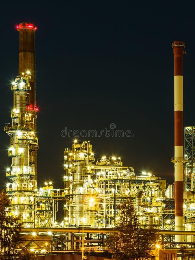 Άποψη νύχτας του εργοστασίου πετροχημικών εγκαταστάσεων καθαρισμού στοκ φωτογραφίες με δικαίωμα ελεύθερης χρήσης
