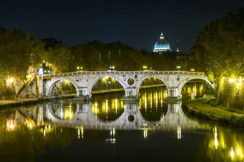 Άποψη νύχτας του θόλου του ST Peter στο Βατικανό από τη γέφυρα στο φανάρι-ανάψοντα περίπατο του ποταμού Tiber στη Ρώμη, Ital στοκ φωτογραφία με δικαίωμα ελεύθερης χρήσης