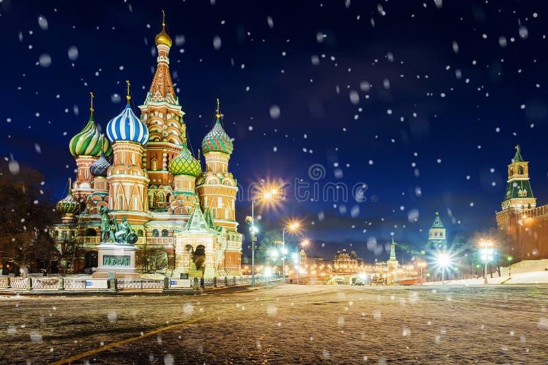 Άποψη νύχτας του καθεδρικού ναού βασιλικού ` s του ST στην κόκκινη πλατεία το χειμώνα στοκ εικόνα