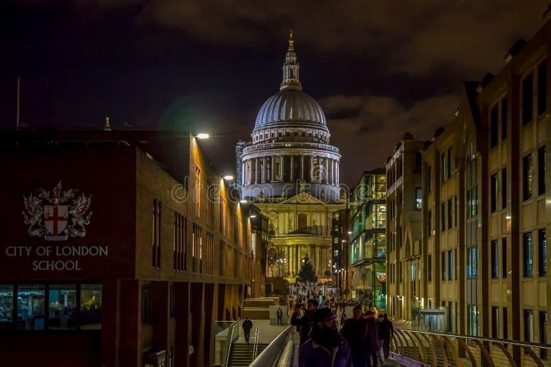 Άποψη νύχτας του καθεδρικού ναού του ST Paul ` s με την πόλη του σχολείου SIG του Λονδίνου στοκ φωτογραφία