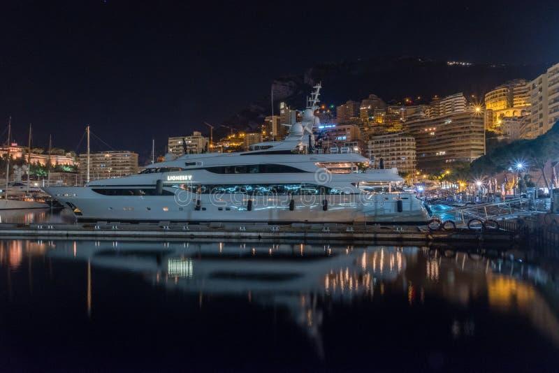 Άποψη νύχτας του λιμένα Hercules με τη ΛΙΟΝΤΑΡΙΝΑ Β γιοτ μηχανών πολυτέλειας στοκ φωτογραφία με δικαίωμα ελεύθερης χρήσης