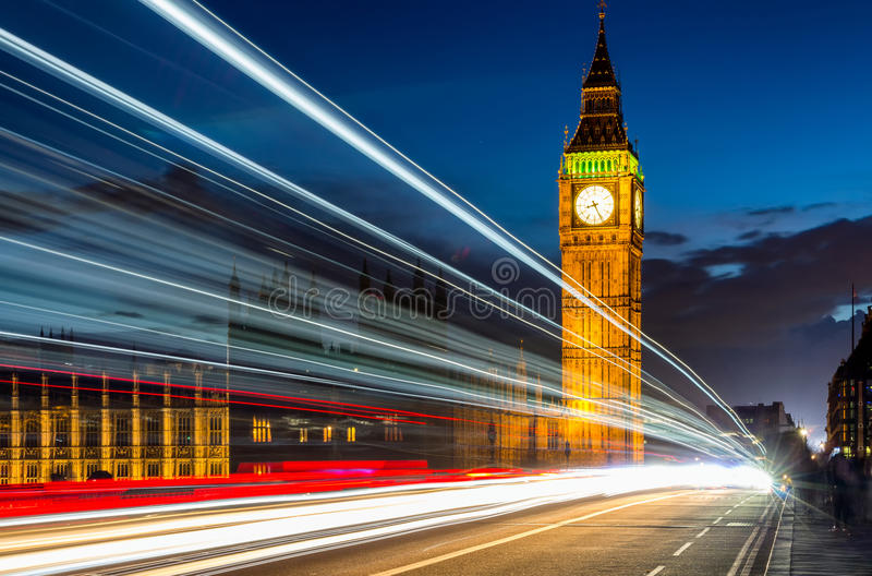 Άποψη νύχτας του Λονδίνου, παλάτι του Γουέστμινστερ και Big Ben στο πνεύμα αυγής στοκ εικόνα