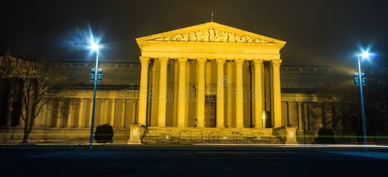 Άποψη νύχτας του μουσείου της Βουδαπέστης των Καλών Τεχνών στο τετράγωνο ηρώων ` s, που χτίζεται στο εκλεκτικός-νεοκλασσικό ύφος στοκ εικόνα με δικαίωμα ελεύθερης χρήσης