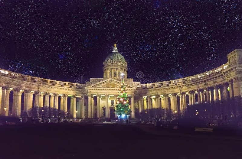 Άποψη νύχτας του νέου δέντρου έλατου έτους στις γιρλάντες στο τετράγωνο μπροστά από Kazan τον καθεδρικό ναό σε Άγιο Πετρούπολη το στοκ φωτογραφία