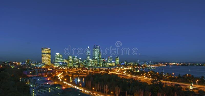 Άποψη νύχτας του ορίζοντα του Περθ από το πάρκο του βασιλιά στοκ εικόνα