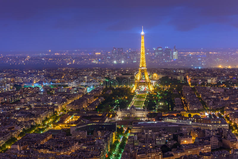 Άποψη νύχτας του Παρισιού από τον πύργο του Άιφελ πύργων Montparnasse στο twiligh στοκ εικόνα με δικαίωμα ελεύθερης χρήσης