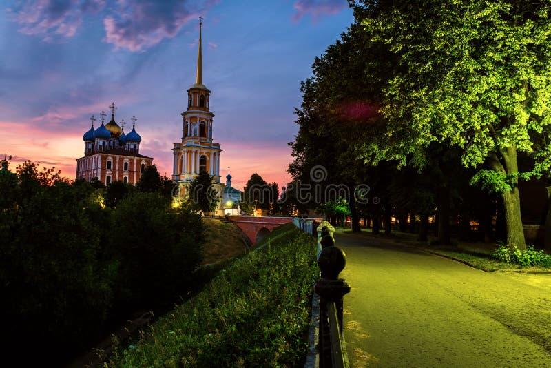 Άποψη νύχτας του πύργου κουδουνιών και του καθεδρικού ναού του Ryazan Κρεμλίνο στο ηλιοβασίλεμα, Ρωσία στοκ εικόνες με δικαίωμα ελεύθερης χρήσης