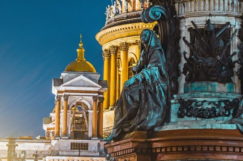 Άποψη νύχτας των αρχαίων αγαλμάτων του στόκου και του θόλου του καθεδρικού ναού Πετρούπολη του ST Isaac ` s στοκ φωτογραφία
